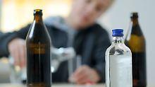 Ein Teenager betrinkt sich alleine - Ein Problem, das laut neuster Ergebnisse der WHO zum Glück abnimmt.