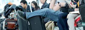 Ein für diesen Sommer typisches Bild: Passagiere warten lange auf ihren Flug.