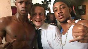 Gefundenes Fressen für Populisten: Junger Mann zeigt Stinkefinger auf Foto mit Macron