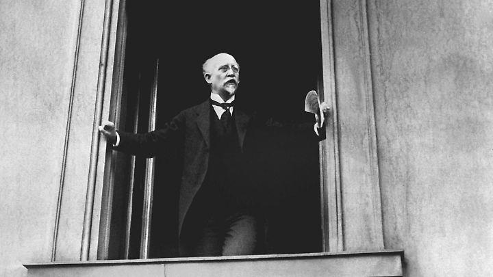 Philipp Scheidemann ruft am 9. November 1918 von einem Balkon des Reichstags aus die Republik aus. Das Foto zeigt ihn aber wohl bei einer späteren Rede.