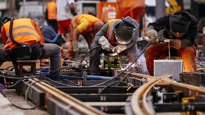 Gleisarbeiten in Köln. Insbesondere in der stark ausgelasteten Baubranche sind Fachkräfte Mangelware.