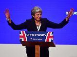 Premierministerin Theresa May bleibt gelassen. Sie lässt sich bei ihrem Brexit-Kurs nicht das Ruder aus der Hand nehmen.