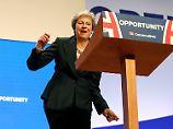 """Ein Tanz für den Brexit: May macht die """"Dancing Queen"""" der Tories"""