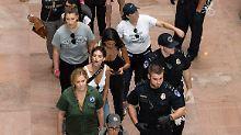 Protest gegen Kavanaugh: Schumer und Ratajkowski festgesetzt