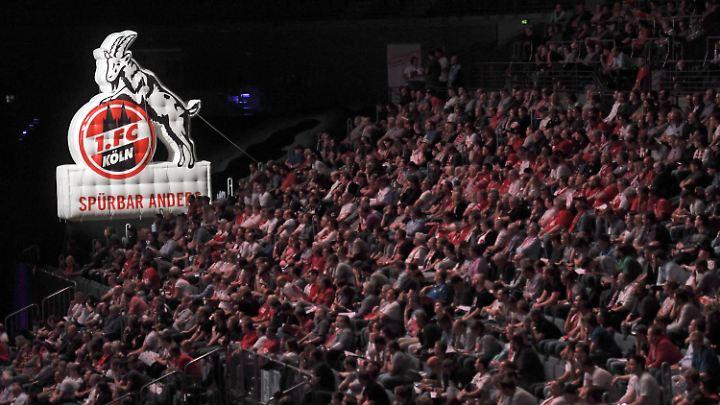 Der 1. FC Köln lud seine Mitglieder in die Lanxess-Arena ein, die über 18.000 Sitzplätze verfügt.