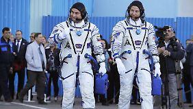 US-Astronaut Nick Hague (r.) und der russische Kosmonaut Alexej Owtschinin vor dem Start.
