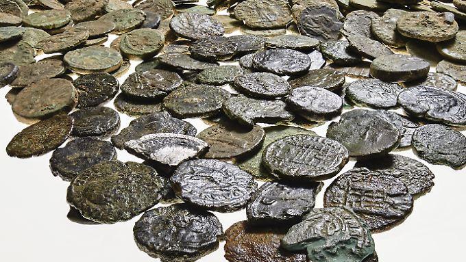 Satz antiker Münzen aus dem Fundort bei Mönchengladbach: Der Landschaftsverband Rheinland stellt den großen antiken Münzfund bei einer Pressekonferenz vor .