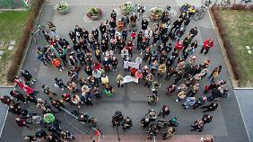 Vor dem Landgericht demonstrierten etwa 200 Unterstützer der Ärztin.