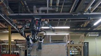 Bewegungen wie ein Mensch: Humanoider Roboter läuft beängstigend rund