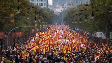 Riesige Demo in Barcelona: Spanientreue Katalanen gehen auf die Straße