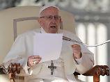 Papst Franziskus versetzt zwei chilenische Geistliche in den Laienstand.