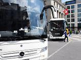 Ein Toter, 13 Verletzte: Kölner Reisebus kollidiert mit Signalanlage