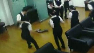 Kaum zu glauben, aber wahr: Aus der Decke fallender Python erschreckt Bankangestellte