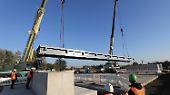 Die Brückenelemente kommen aus den Niederlanden, jedes wiegt 34 Tonnen, drei Teile bilden eine Fahrbahnbreite.