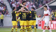 Während die Dortmunder um Axel Witsel (o.) feiern, stapft der Stuttgarter Weltmeister Benjamin Pavard bedröppelt von dannen.