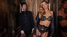 So sexy geht Aufzug fahren: Dessous-Model verführt in Strapsen