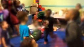 Schockierendes Video aus den USA: Erzieherinnen stacheln Kinder zum Kampf an