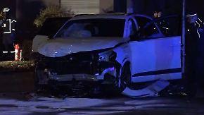 Schwerer Crash in Berliner Tempo-30-Zone: Männer lassen in Auto eingeklemmte Frau zurück