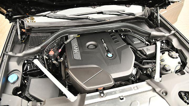 Gut verpackt: der 2,0-Liter-Vierzylinder mit 252 PS im BMW X4 30i.