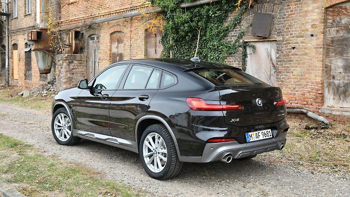Stark abfallende Dachlinie, schmale Heckleuchten, zwei wuchtige Endrohre und der angedeutete Unterfahrschutz machen den BMW X4 zu einem echten SUV-Coupé.