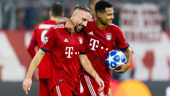 Arbeitssiege machen dem FC Bayern offenbar auch Spaß, zumindest haben Franck Ribéry und Serge Gnabry augenscheinlich prächtige Laune.