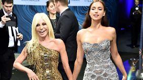 Fast wie Schneeweißchen und Rosenrot: Donatella Versace und Frau Shayk.