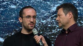 Grünen-Chef Habeck (r.) und Levit sprechen über Antisemitismus.