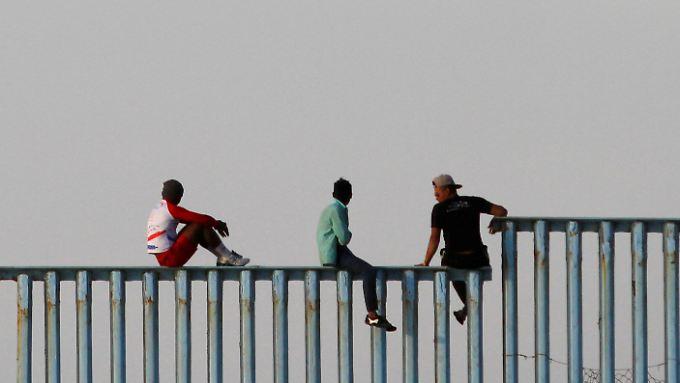 Erste Flüchtlinge der sogenannten Migranten-Karawane erreichen die US-Grenze.