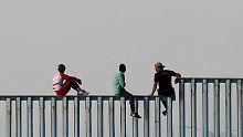 Flüchtlinge aus Mittelamerika: Erste Migranten erklimmen US-Grenzzaun