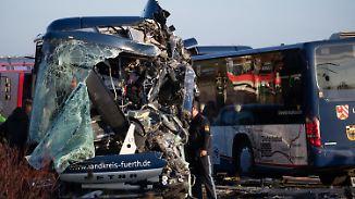 Frontalcrash zweier Busse in Bayern: Ermittler rätselt über Unfallursache