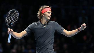 Finaleinzug mit Pfeifkonzert: Zverev bezwingt Federer bei ATP-WM