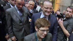 CDU favorisiert Kramp-Karrenbauer: Merz attackiert Merkel, Spahn den UN-Migrationspakt