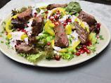 Die Frau am Grill: Bunter Salatteller mit Flap-Meat-Streifen