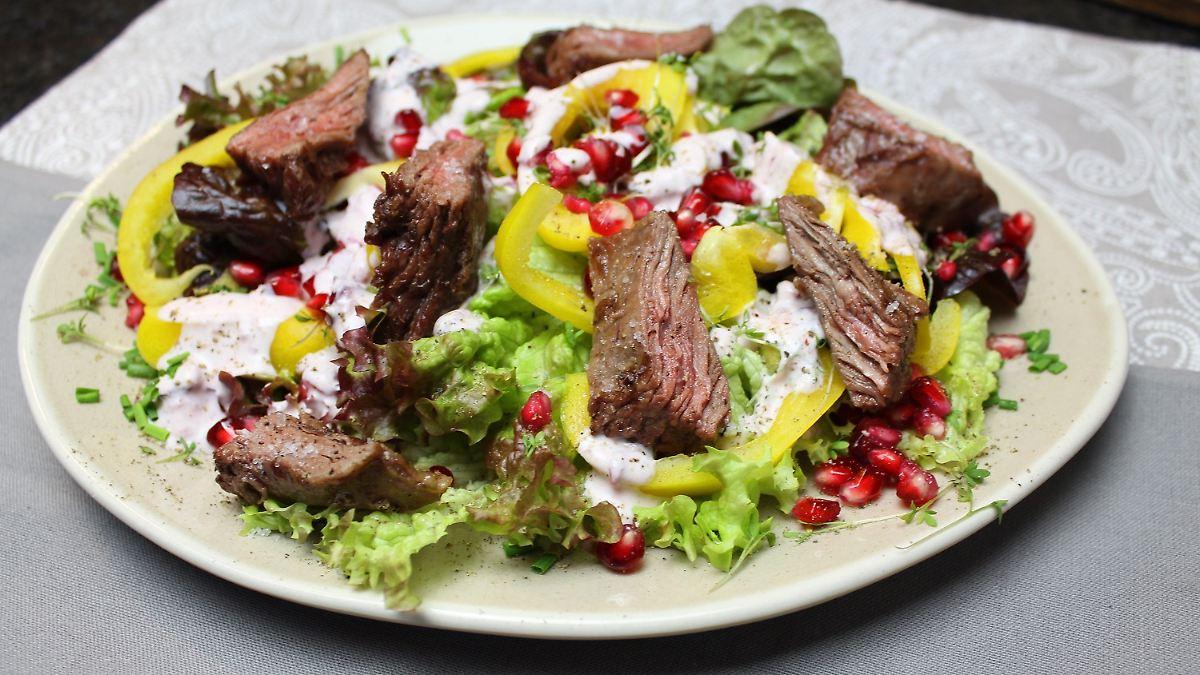 Bunter Salatteller mit Flap-Meat-Streifen