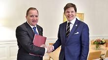 Stefan Löfven (links) bekommt von Parlamentschef Andreas Norlén den Auftrag zur Regierungsbildung.