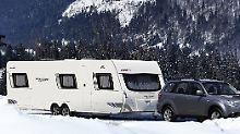 Das Dach des Wohnwagen sollte regelmäßig von Schnee befreit werden.