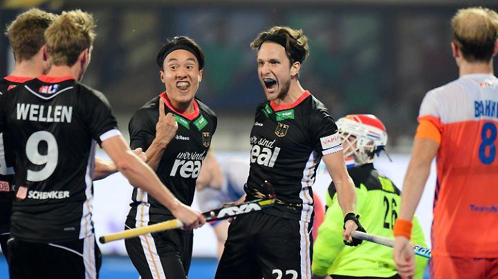 Das DHB-Team rund um Dan Nguyen Luong und Marco Miltkau jubelt über den Überraschungssieg gegen die Niederlande bei der Hockey-WM.