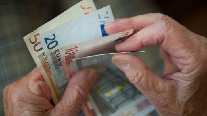 Eine ältere Frau zählt Geld: Die Zinsflaute geht an die Substanz mancher Pensionskassen.