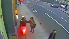Smartphone-Diebstahl im Vorbeifahren: Britische Polizei rammt Moped-Gangs vom Roller