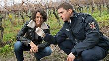 Kommissarin Odenthal (Ulrike Folkerts) geht einer Spur in einem Weinberg nach.