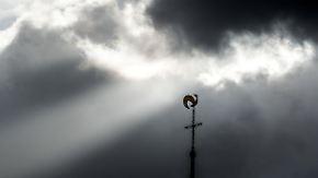 Mehr Sonne, Schneeregen im Süden: Orkanböen wehen dichte Wolken fort