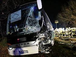 22 Verletzte in Bayern: Reisebus kollidiert mit Baustellenfahrzeug