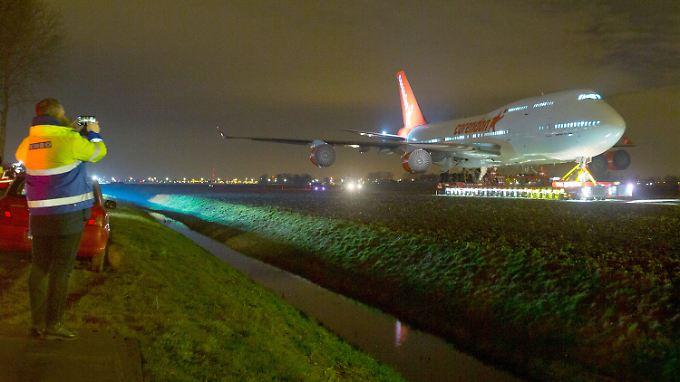 Ungewöhnliche letzte Reise: Boeing 747 rollt quer über die Autobahn