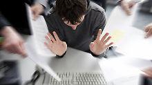 Mit dem Stress im Job steigt das Burnout-Risiko, deshalb brauchen Mitarbeiter freie Wochenenden zum Reservenauftanken. (Bild: Schierenbeck/dpa/tmn)