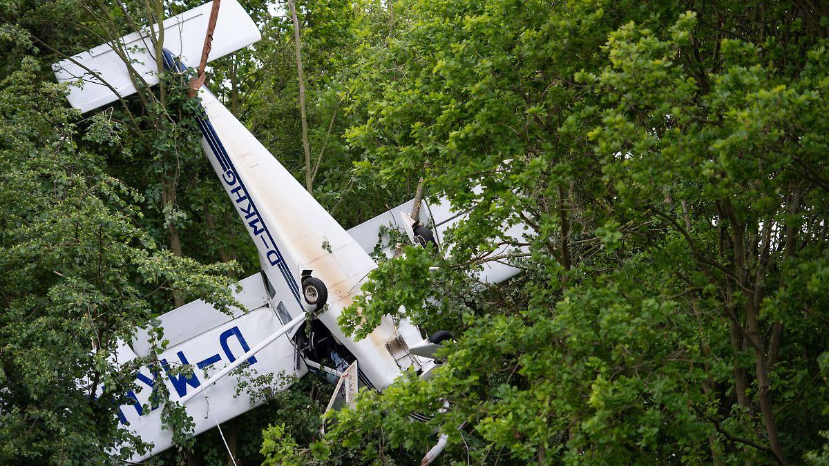 Flugzeug bleibt in Baumkrone hängen