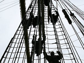 Übung: Kadetten entern die Takelage hinauf, um die Segel zu setzen. Eine Offiziersanwärterin ist bei einer Ausbildungsfahrt aus der Takelage des Segelschulschiffs gestürzt und dabei ums Leben gekommen.