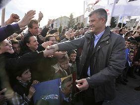 Regierungschef Hashim Thaci auf einer Wahlkmapfveranstaltung.
