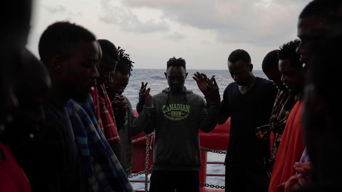 Italien lässt gerettete Migranten an Land