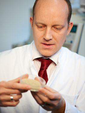 "Ein Drogenexperte des Landeskriminalamts Hannover begutachtet eine ""Lava Red""-Probe."