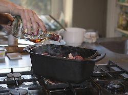Von Kochwein bis Madeirasoße: Was passiert mit Alkohol im Essen?